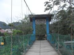 Extremo del puente (Alumnos-Calmecac) Tags: rio puente madera maya cables hamaca