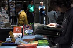 Hojeando... (Rubén Gil) Tags: barcelona people book gente catalunya libros diada santjordi