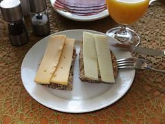 Gouda und Ziegenkse auf Mohn-Vollkornbrtchen (multipel_bleiben) Tags: essen kse frhstck