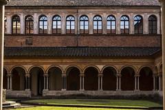 vercelli 160522_036 (gmcvrphoto) Tags: ombra architettura volta portico colonna pozzo capitello vercelli catena mattoni colonnato santandrea allaperto