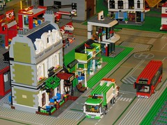 Rue avec B.O.M. et Bus rouge (Lego) (xavnco2) Tags: show houses red france bus truck wagon model lego maisons exposition lorry camion salon refuse diorama picardie maquette 2016 oise modlisme till