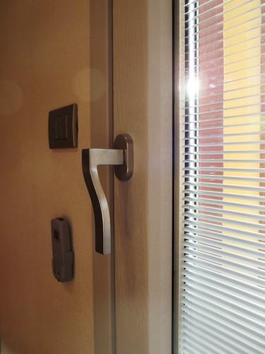 Una maniglia moderna per una finestra moderna