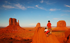 Little restless giants, Sunset in Monument Valley, Utah (Robyn Hooz (away)) Tags: red monument kids children lens utah sand tramonto sigma valley plays polarizer grandangolo deserto sabbia bimbi buttes pilars polarizzatore hsm 1020ex