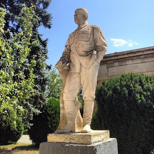 Памятник Сталину. Подтёки ниже пояса — следы губ министра культуры РФ