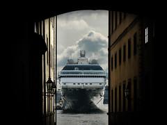 Way too tight (Vctor Romera de la Fuente) Tags: port puerto pier ship sweden stockholm harbour gamlastan sverige oldtown estocolmo suecia skeppsbron