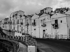 In serie (andbog) Tags: houses blackandwhite bw italy monochrome architecture buildings lowresolution italia cloudy overcast ps it case bn casio pointandshoot puglia architettura lowres biancoenero compactcamera nuvoloso qvr40 casioqvr40 montesantangelo