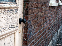 Peinture requise (Jean S..) Tags: door windows red brick outdoor knob peeled