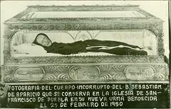 Tarjeta-Postal: Fotografa del cuerpo incorrupto del B. (Beato) Sebastin de Aparicio que se conserva en la Iglesia de San Francisco de Puebla en su nueva urna bendecida el 25 de febrero de 1950. (gubama) Tags: mxico postcard iglesia postal puebla iglesiadesanfrancisco postale urna beato ssnfrancisco tarjetapostal postkard sebastindeaparicio 25021950