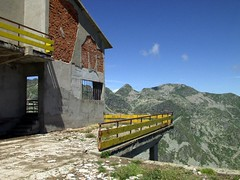 Le rovine e il Monte Camino (Luca La Grotta) Tags: italia piemonte cielo biella mucrone abbandono vetta olympuse20 biellese funivie montecamino balmadoropa lucalagrotta