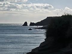 """Le """"blues"""" du pcheur.......Fisherman's Blues (brigeham34) Tags: automne novembre capdagde contrejour falaises balade languedocroussillon hrault petitsenfants vacancesscolaires lagrandeconque rochersdes2frres"""
