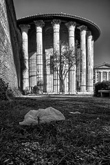 Tempio di Ercole Vincitore per CleanRome (luporosso) Tags: italy rome roma garbage italia dirt immondizia carelessness sporcizia incuria citteterna eternalcity incivilt incivility cleanrome