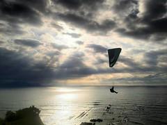 Paz en el cielo (carlosolmedillas) Tags: sunset sky sun sol backlight contraluz mar cielo deporte parapente ataredcer
