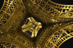 Arriba (Fotomondeo) Tags: light paris france luz night noche nikon eiffeltower toureiffel francia d7000