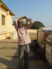 porteur d'eau à la mosquée (abuelita12580) Tags: rivière karnataka mysore mosquée tippusultan indedusud kavéri