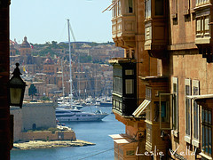 The city of Vittoriosa seen across Grand Harbour from Valletta, Malta (leslievella64) Tags: leica europe mediterranean harbour balcony eu malta leslie balconies maltese malte valletta grandharbour vittoriosa birgu stjohnstreet maltais gallarija leicavlux1 vlux1 leslievella64 gallariji ilportilkbir ilbirgu