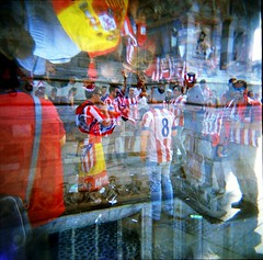 [La Mia Città] e i tifosi dell'Atletico Madrid (Urca) Tags: 120 6x6 film mediumformat holga lomo italia doubleexposure milano squareformat doppiaesposizione analogic tifosi 2016 analogico atleticomadrid holgalomo2201606110009 finaledicampionsleague