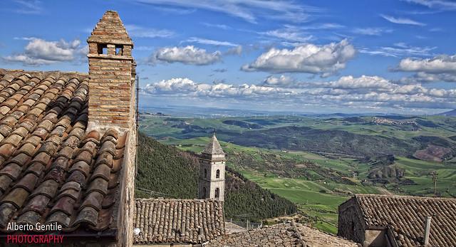 sopra i tetti di Sant'Agata di Puglia. Over the roofs of Sant'Agata di Puglia.