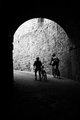 Cycliste (Reda Ait Saada) Tags: barcelona white black bicycle canon eos spain noir et blanc montjuic barcelone vlos 1100d