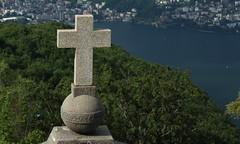 croix (bulbocode909) Tags: tessin suisse vert bleu arbres lacs lugano printemps croix montagnes forts