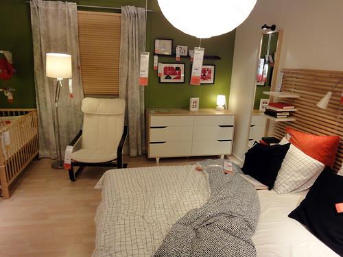 赤ちゃんのいる家族を想定したイケアの寝室と題した写真