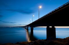 le pont de l' le de R ... (zakia hadjadj) Tags: ocean bridge blue light sea sky seascape france night dark de puente photography la nikon long exposure time ile atlantic maritime hour pont 17 r charente seaview heure 2012 bleue rochelle waterscape poitou zakia hadjadj d300s