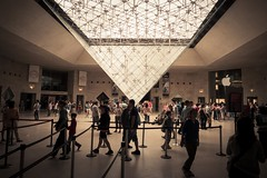 Urban Mythologies : The Pyramid and the Apple (Gilderic Photography) Tags: trip travel summer people cinema paris france art apple museum architecture canon eos design store europe raw pyramid louvre widescreen crowd wide large tourist musee future foule cinematic visitor past pyramide visite carrousel vacatiion touriste 500d ligthroom gilderic