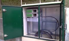 En la imagen se puede ver las conexiones en uno de los armarios.