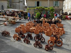 vanneries sur le march d'Issigeac (24) (Jeanne Valois 64) Tags: france village tricycle dordogne march panier charette cachepot osier issigeac vannerie