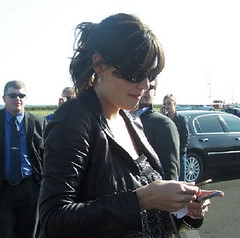 Katie Holmes signing autographs (9a9.red) Tags: katie holmes signing autographs