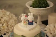 rabbit and bunny wedding cake (charles fukuyama) Tags: wedding cute veil conejo bouquet lapin weddingceremony brideandgroom initials cakedecoration  weddingcaketopper customcaketopper handmadecaketopper animalscaketopper kikuike