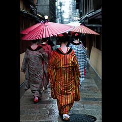 (Masahiro Makino) Tags: rain japan umbrella photoshop canon eos kyoto kiss maiko adobe    gion f18  lightroom x3  ef50mm   20100401164132canoneoskissx3ls640p