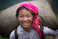 Vietnam: avec le sourire. (50 kg de riz sur le dos). (claude gourlay) Tags: portrait people face asia retrato vietnam asie ethnic minority ritratti ritratto indochine tonkin hagiang ethnie minorit claudegourlay movac hmongblanc