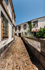 Una calle de Oporto (Perurena) Tags: street house sol portugal lights luces casa calle shadows oporto adoquines cuesta callejon empedrado soleado sobras callejuela