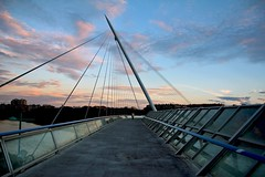 Urban bridge (Daniel Nebreda Lucea) Tags: city travel bridge sunset sky people urban building clouds composition canon atardecer spain gente walk perspective ciudad zaragoza cielo nubes construccion urbano perspectiva viajar andar composicion