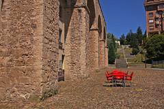 03-07-2016 007 (Jusotil_1943) Tags: 03072016 columnas arcos acueducto marron mesa sillas rojas empedrado oviedo