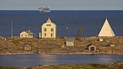 AIDAvita at Kobba Klintar land (Franz Airiman) Tags: cruise finland islands balticsea baltic cruiseship beacon kobbaklintar stersjn islets land pilothouse aidavita landshav bk aidacruises wwwaidade oldpilothouse