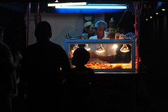 Pallevá (*puchivida*) Tags: mexico 50mm lights luces noche shadows comida fastfood silhouettes yucatan fries sombras siluetas progreso salchichas oscuridad chatarra papasalafrancesa nikond5000