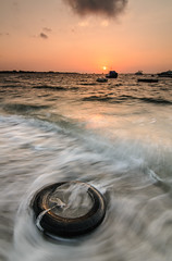 Basurero (Carlos J. Teruel) Tags: sunrise mar mediterraneo tokina murcia amanecer nubes lightroom marinas d300 lr4 xaviersam singhraydarylbensonnd3revgrad onlyraw carlosjteruel