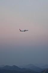 sem cho (fabola loureno) Tags: brazil sky mountains rio brasil riodejaneiro plane canon airplane dawn rj floating cu aurora podeacar avio montanhas gol entardecer t3i sugarloafmountain degrade