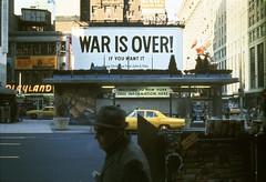 Yoko Ono y John Lennon -íLa guerra ha terminado! (War Is Over!), 1969 Valla publicitaria instalada en Times Square, Nueva York -® Yoko Ono