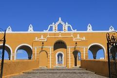 Izamal (Hesanz photography.) Tags: sky yellow mxico canon eos puerta gate crosses bluesky virgin amarillo yucatn cielo convento cruces convent virgen arcs arcos izamal empedrado cieloazul 70d