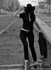 Lily V_071 (ToTeCiTo.-) Tags: girl tren chica retrato sombrero liliana lili sesin capelina
