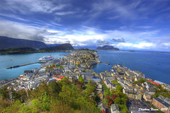 lesund from Aksla viewpoint (HDR) (Stephan Neven) Tags: city panorama mountain norway by fire norge colours view uitzicht vis hdr stad lesund conflagration noorwegen vuurzee aksla mygearandmegold mygearandmeplatinum mygearandmediamond