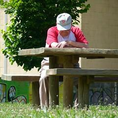 Reposo (Alfredo Barros G  ) Tags: wood red tree verde green grass wall pared rojo madera grafitti banco manos rbol gorra mesa hombre descanso hierba alfredobarros descansoalsol