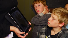 iPad for children in the museum (juliensart) Tags: history museum foto tour kinderen klassen van huis tablet ghent gent els geschiedenis ipad rondleiding alijn hethuisvanalijn juliensart veraverbeke