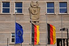 Halbmast in Halle (niedersachsenfoto) Tags: deutschland europa markt rathaus fahne halle flagge halbmast hansdietrichgenscher niedersachsenfoto trauerbeflaggung
