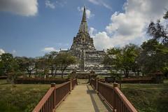 Wat Phu Khao Thong - Monasterio de la Montaa Dorada (Juanjo RS) Tags: verde azul puente asia arboles bangkok tailandia nubes monasterio historia templo escaleras ayutthaya barandilla watphukhaothong cieloconnubes juanjors