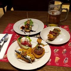 Txapela / Barcelona (rob4xs) Tags: barcelona favorite food beer restaurant spain drink tapas bier catalunya spanje arantxa bitburger pintxos cervesa urumea txapela plaacatalunya fuet cataloni euskaltaberna iphonephoto