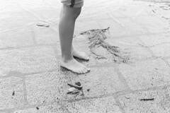 Flood is fun! (sirio174 (anche su Lomography)) Tags: flood lago lake comolake como piazzacavour esondazione lagodicomo lario piedi piedinudi barefeet barefoot ragazza ragazze girl girls piedini