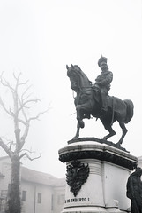 2012-002-057g-Bp (andrea.sosio) Tags: italy statue fog nikon piedmont asti nikkor1870 piazzacairoli d80 kingumbertoi
